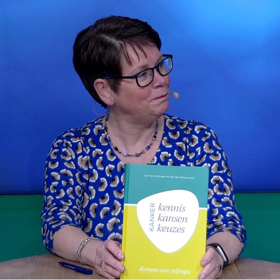 Marlie met boek staand