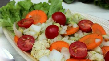 Gemengde salade met bloemkool en avocado 3