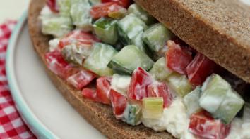 Volkorenbrood met komkommersalsa 4