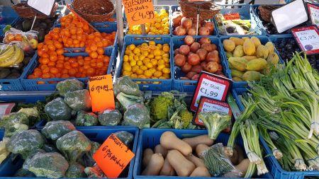 Schraler winkelaanbod door grillige groentemarkt 3